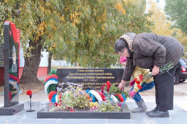 Мемориал Семену Фугенфирову на Левом берегу появился силами жителей округа.