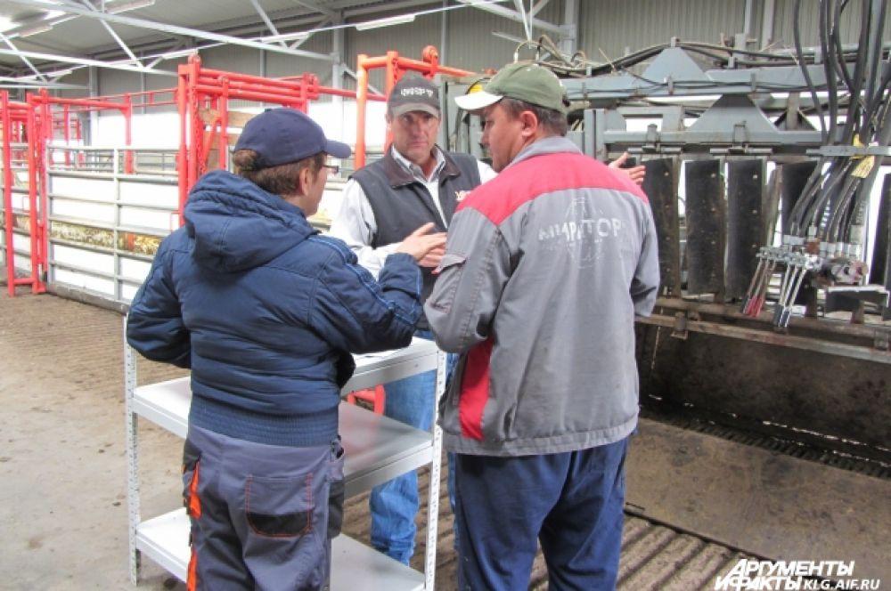 День у скотоводов начинается с планёрки в восемь утра, а заканчивается зачастую  ближе к полуночи. Джонсон работает с ветеринарами и менеджерами, учит операторов обращаться с коровами и ковбойской экипировкой.