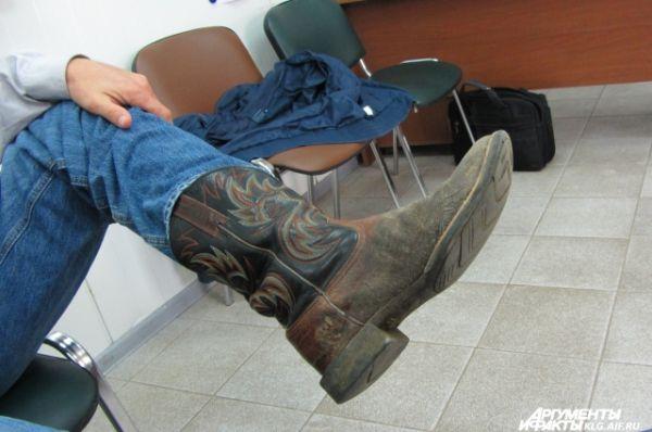 На ногах - настоящие ковбойские сапоги, расшитые традиционным узором. Сэм говорит, у него таких семь пар.