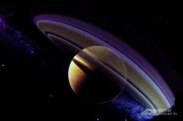 когда над вами нависает огромный Сатурн, который даже не помещается в поле зрения, от впечатлений захватывает дух.