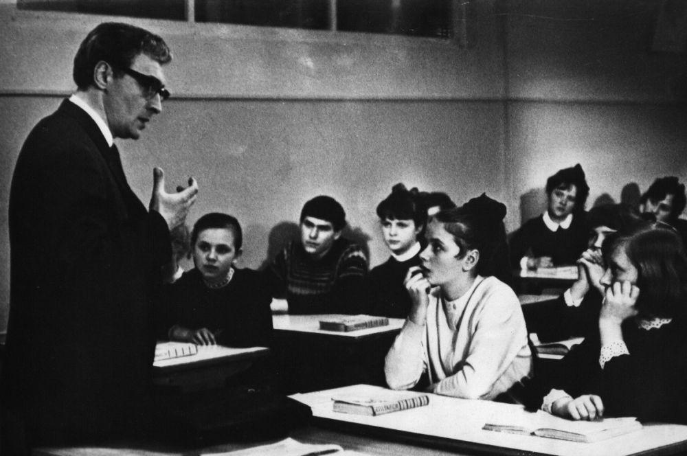 Школьные учителя в советском кино пользовались особой популярностью, так Вячеслав Тихонов стал кумиром не только благодаря Штирлицу и Болконскому, но и Илье Семёновичу Мельникову, учителю истории.