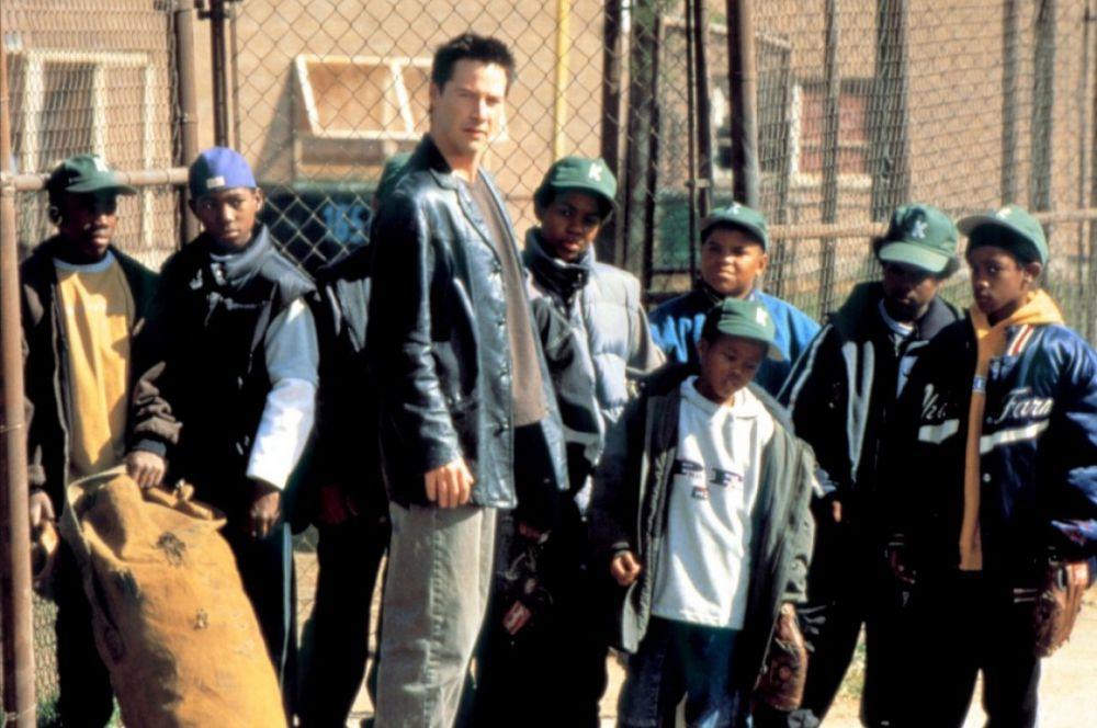 Киану Ривз исполнил роль учителя – тренера школьной бейсбольной команды – в спортивной драме «Хардбол». Персонаж Ривза – картёжник, спекулянт и бездельник – вынужден работать с детьми, чтобы расплатиться по долгам.