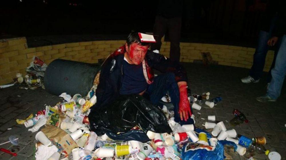 Активисты бросили в урну и облили красной краской депутата Виктора Пилипишина
