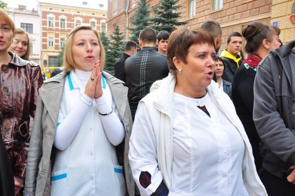 Главврач госпиталя ветеранов войны Манолий Мигайчук в мусорном баке