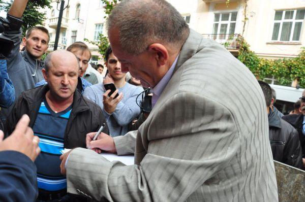 Главврач госпиталя ветеранов войны Манолий Мигайчук прямо в мусорном баке написал заявление на увольнение