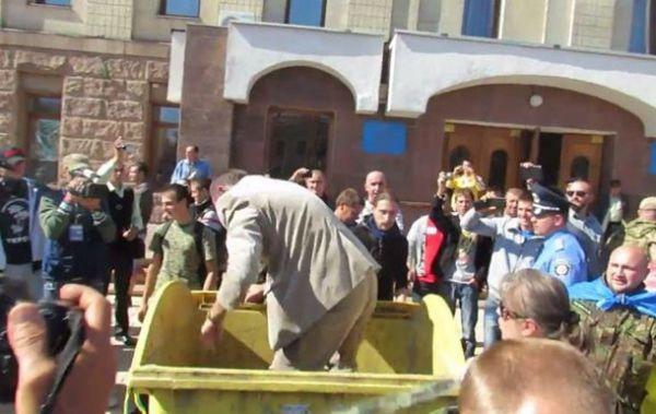 19 сентября в Кировограде протестующие бросили в мусорный бак депутата Кировоградского облсовета Николая Корецкого
