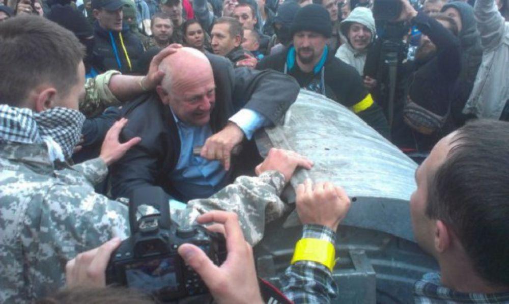 26 сентября заместителя председателя Ровенского облсовета Александр Данильчук активисты бросили в мусорный бак под крики «Позор!»