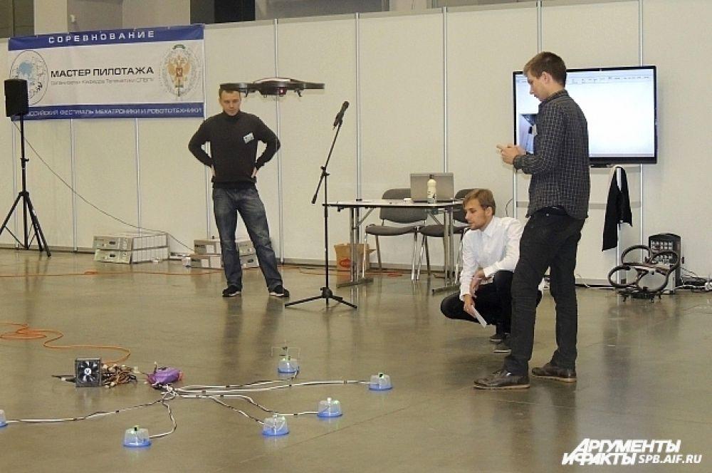 Роботы соревновались в высоте полетов.