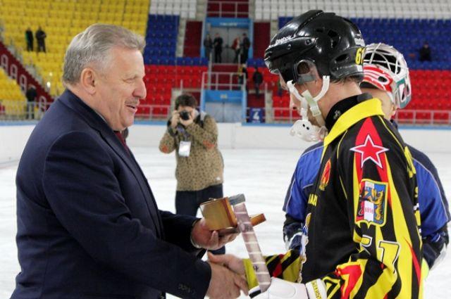 Денис Потемин получает «Приз лучшему игроку матча»