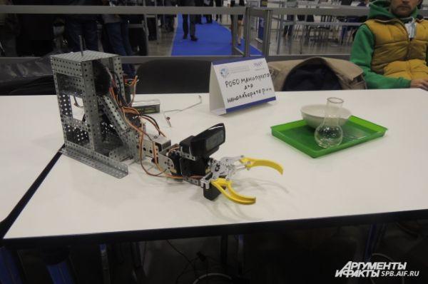 На фестивале представлены разные виды роботов.