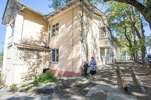 Асфальт здесь положили в прошлом веке - ещё при советской власти.
