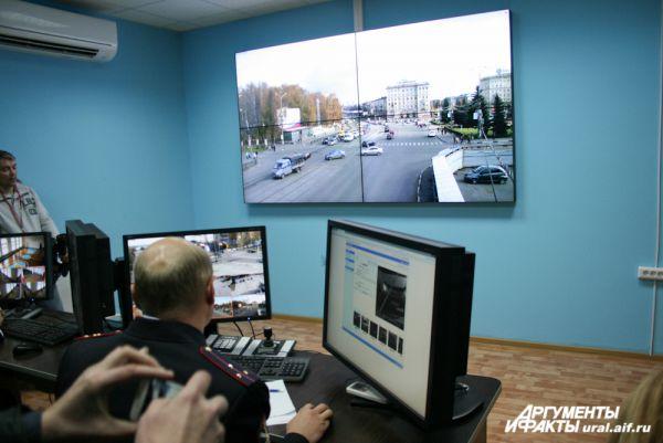 Игорю Холманских представили новейшую систему видеослежения, которая помогает в раскрытии преступлений и быстром реагировании на всевозможные ЧП.