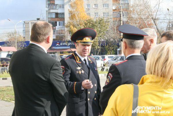 Затем полпред отправился в Нижнетагильское управление полиции. Там его уже поджидал глава ГУ МВД по Свердловской области Михаил Бородин.