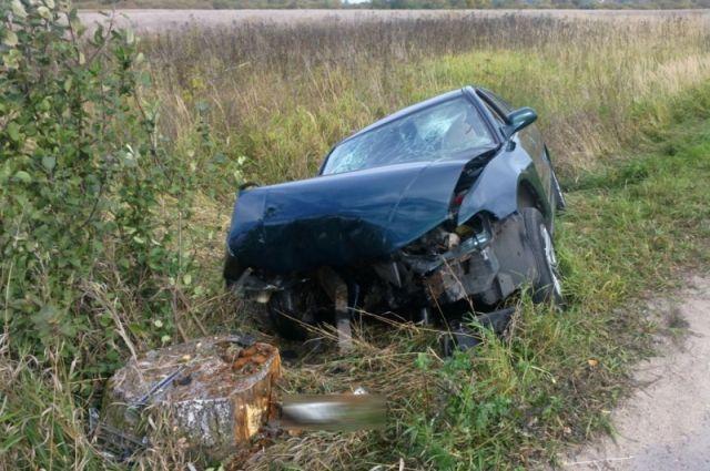 25-летний водитель отвлёкся от управления и наехал на пень.