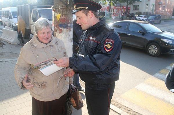 Пешеходы и водители получили памятки по безопасному поведению на дороге  с призывом быть взаимовежливыми и внимательными друг к другу.