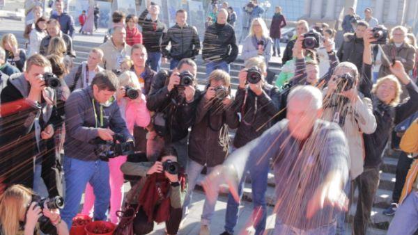 На Майдане депутатов забросали помидорами