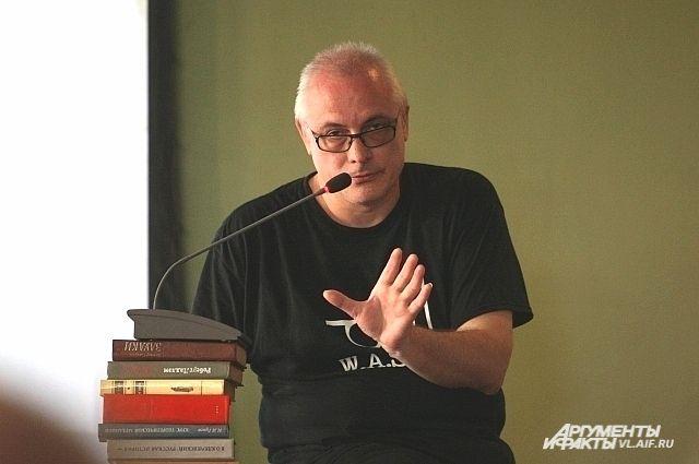 Макс Немцов на творческой встрече с читателями.