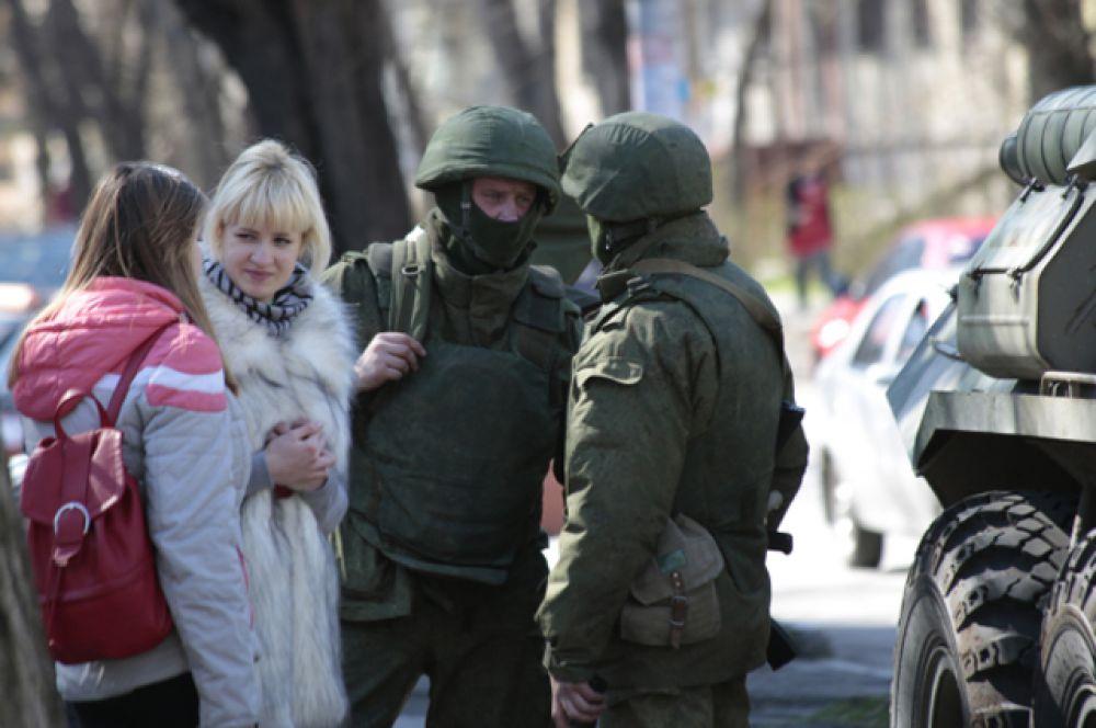 По словам президента РФ, российские военнослужащие стояли за спиной сил самообороны Крыма, поскольку «по-другому провести референдум открыто, честно, достойно и помочь людям выразить своё мнение было просто невозможно».