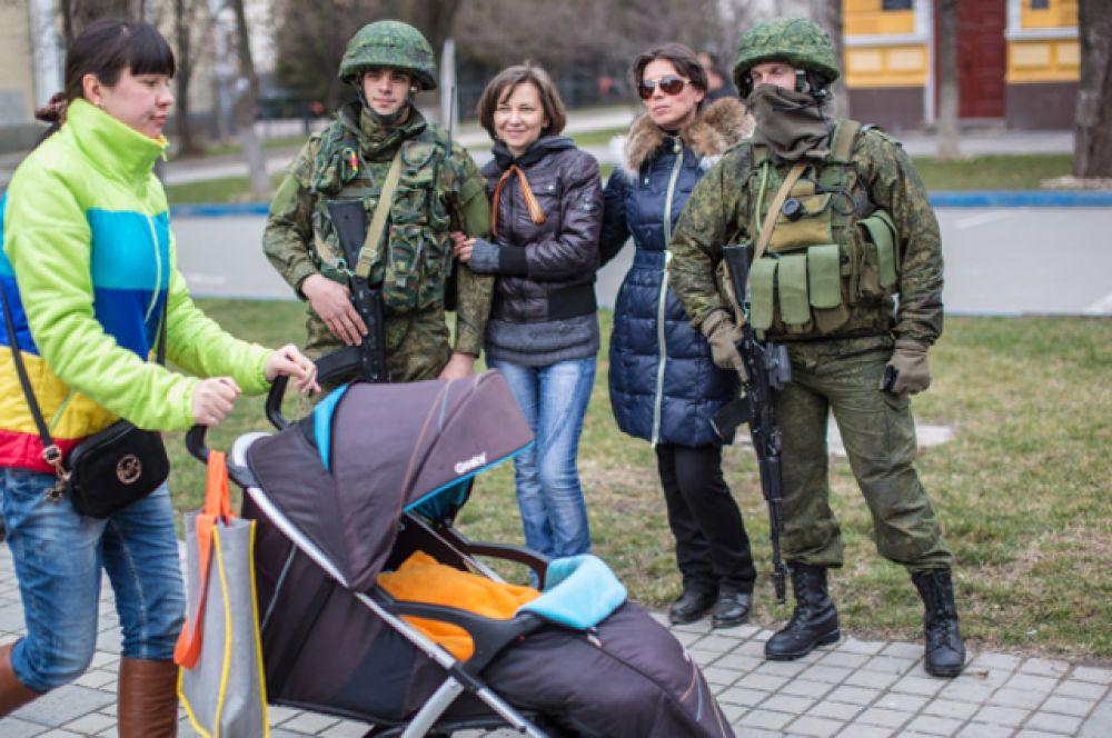 В течение всего дня 16 марта на территории Крыма чувствовалось некоторое напряжение, вызванное ожиданием провокаций, направленных на срыв волеизъявления граждан. Но голосование прошло спокойно, вомногом благодаря «вежливым людям».