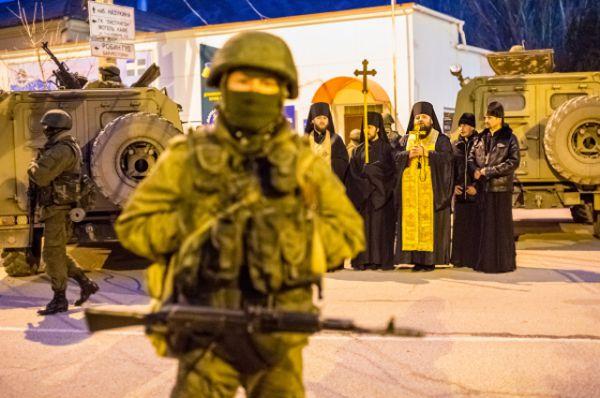 Неизвестные мужчины в комуфляже блокировали передвижения украинской армии на полуострове и обеспечивали порядок.