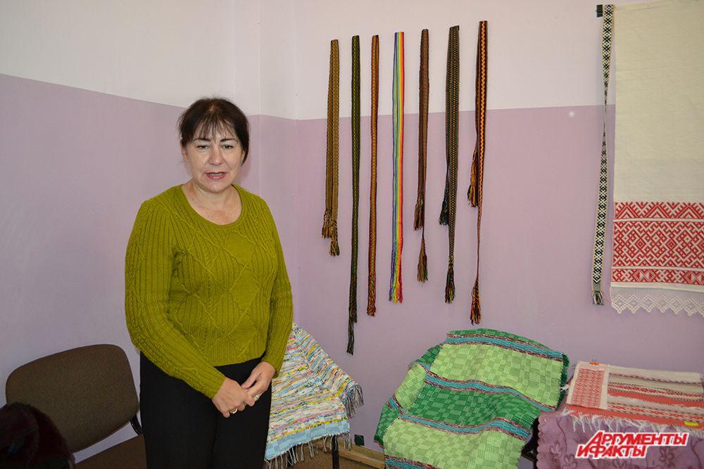 Мастерица из Астраханской области рассказала, что узоры на их поясах совершенно разные: так как в их регионах смешаны разные национальности, это дает отпечаток и на работах рукоделия.
