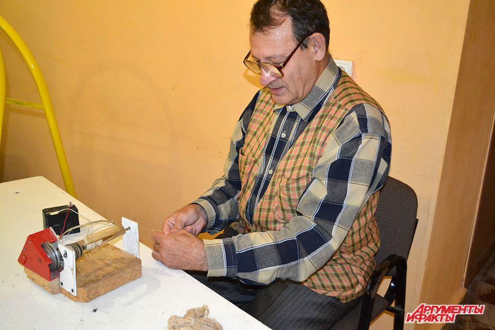 У посетителей выставочных площадок форума была уникальная возможность увидеть использование крапивы, из которой изготавливаются нити, а затем создаются предметы одежды. Мастер такого необычного ремесла – житель Мордовии Валерий Баранов, который сам создал ручной станок для изготовления нитей из волокна сухой крапивы.