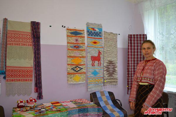 Мастер ручного ткачества из Самары рассказала, что часто участвует в выставках и ярмарках, и ручные тканые полотна очень популярны – как предмет народного творчества.
