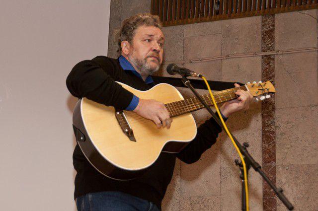Алексей Декельбаум является автором бардовских песен.