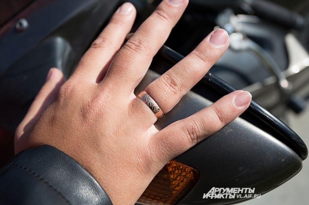 Обручальное кольцо имеет прикла