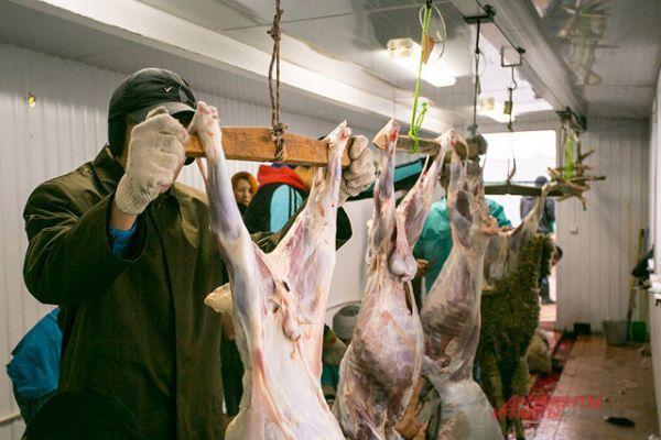 Третью часть мяса жертвенного животного нужно раздать малоимущим людям. Третью - отдать родственникам и друзьям. Остальное можно оставить себе.