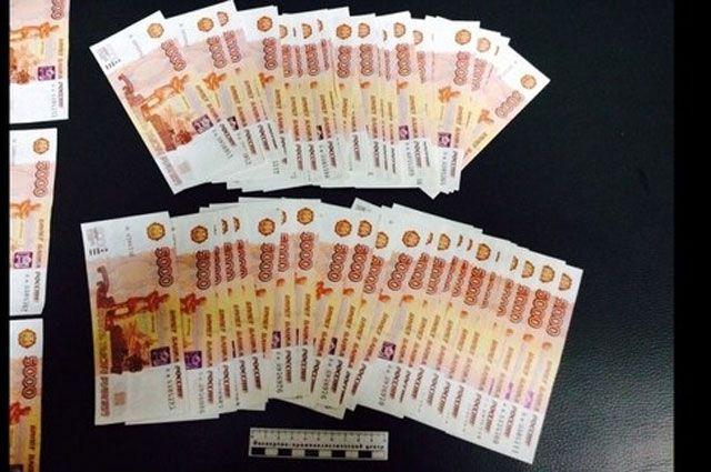 Изъятые фальшивые деньги.