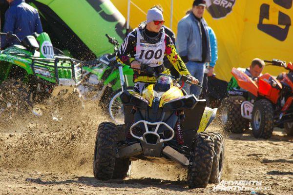 Часть гонок шла по песку, часть – по грунту.