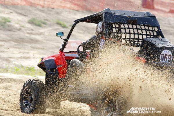 Песчаный грунт добавлял зрелищности соревнованиям.