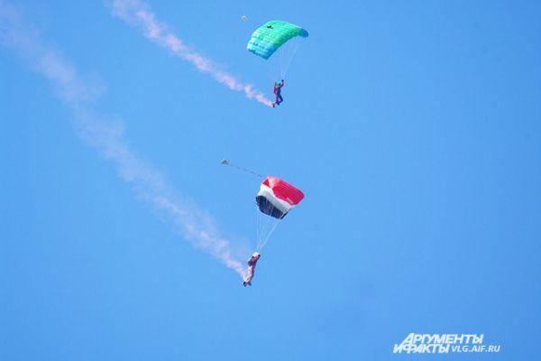Еще одна часть программы – соревнования парашютистов.