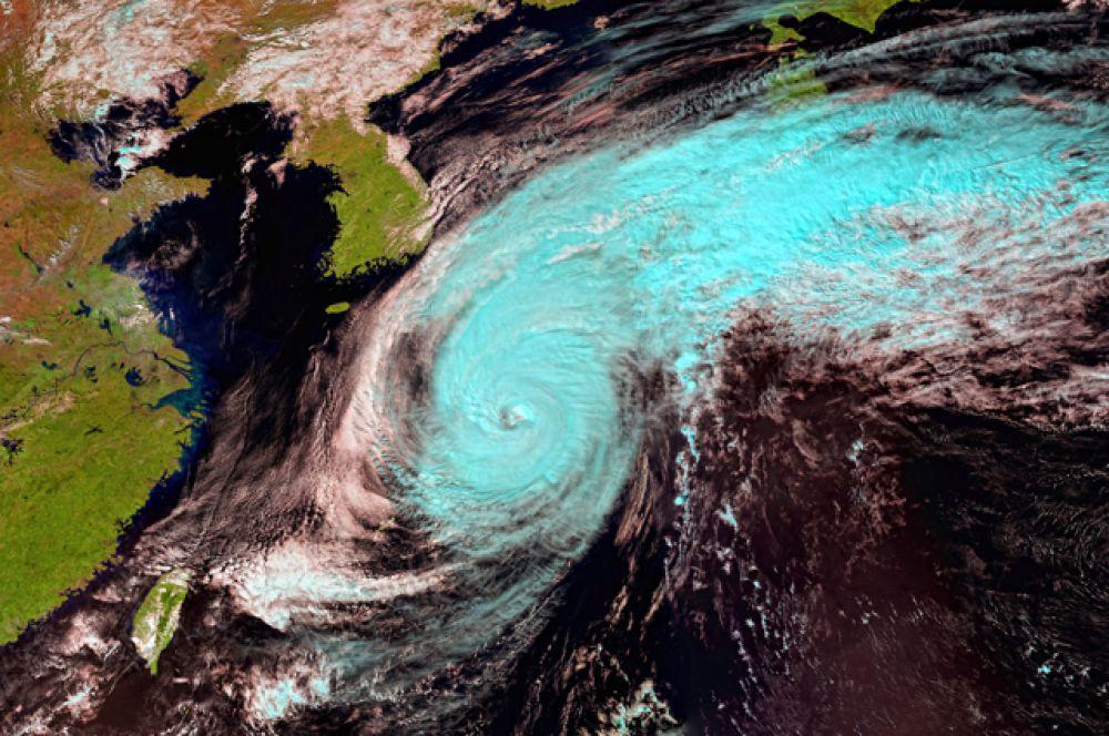 Тайфун «Фанфон» - 18-й тропический шторм, образовавшийся в Тихом океане в нынешнем сезоне. Название циклона в переводе с лаосского языка означает «зверь».