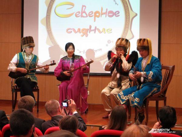 Зрители услышали горловое пение в исполнении ансамбля из Горно-Алтайска...