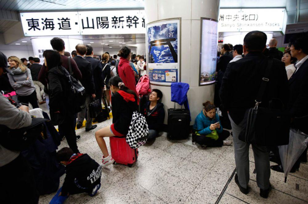 Тайфун нарушил работу транспортной системы Японии. В результате ураганных ветров были отменены или отложены почти 630 авиарейсов, остановлено движение по самой оживленной в стране трассе скоростных железных дорог «Синкансэн» между Токио и городом Нагоя.