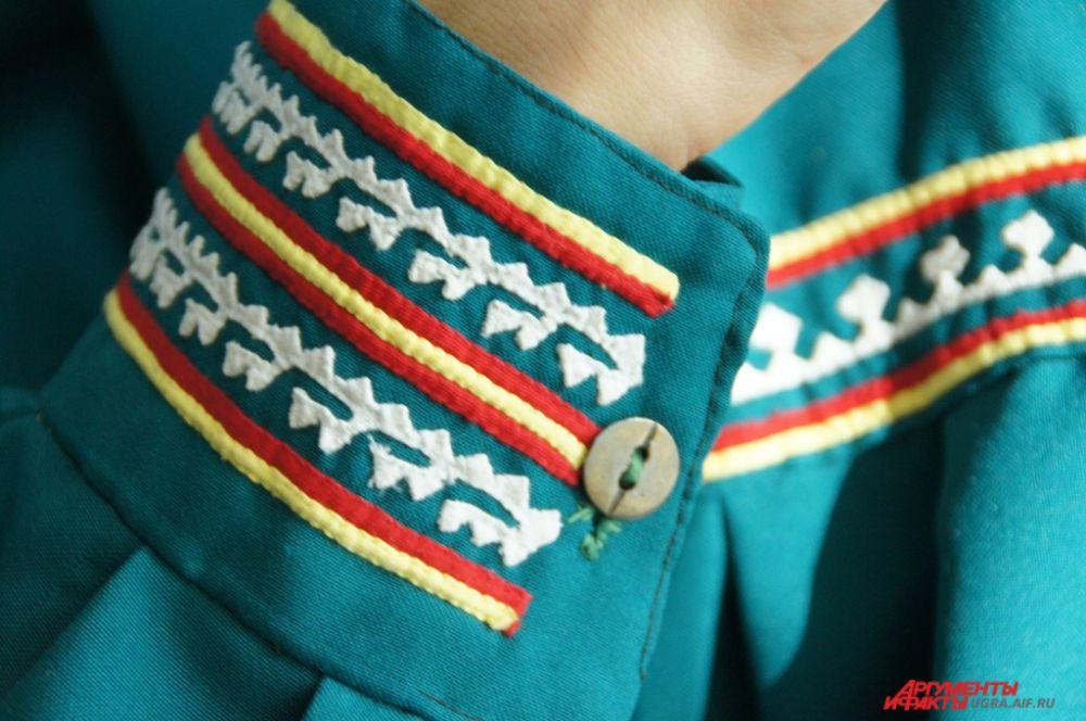 Участники фестиваля красовались в вышитых вручную платьях, рубашках, малицах (верхняя одежда коренных народов Севера).
