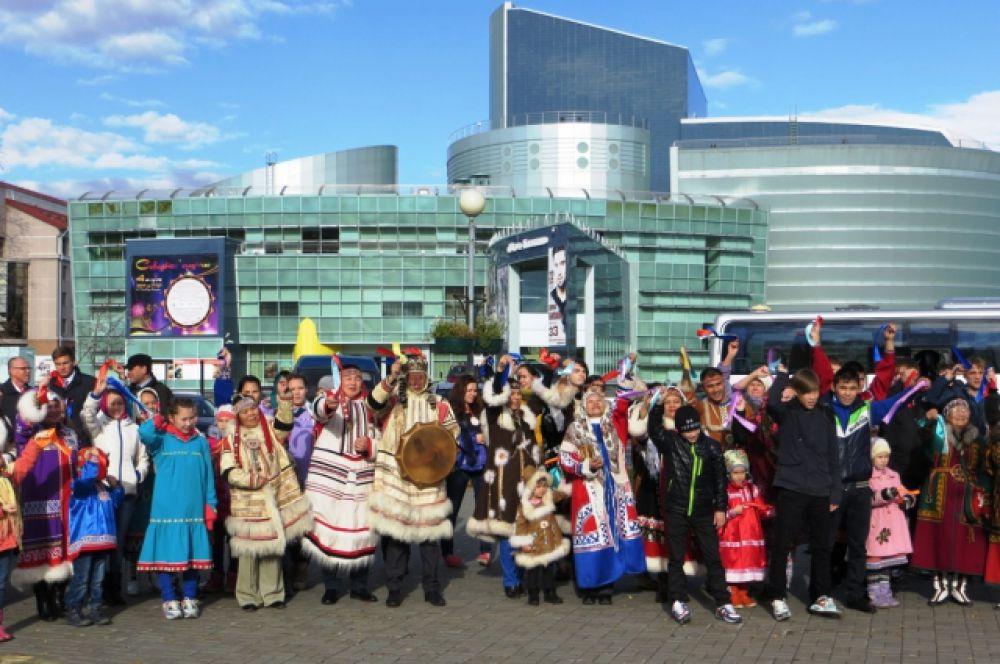 После обрядов исцеления, окуривания и угощения все участники фестиваля собрались для совместного фото на фоне концертно-театрального центра «Югра-Классик».