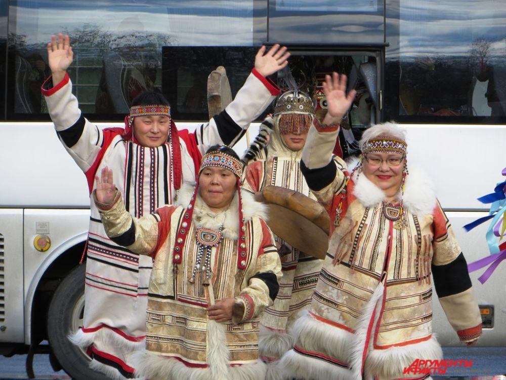 Участники фестиваля, представители коренных народов Камчатки, Таймыра, Алтая, Ямала, Ненецкого автономного округа и Югры, встретились в парке им. Бориса Лосева.