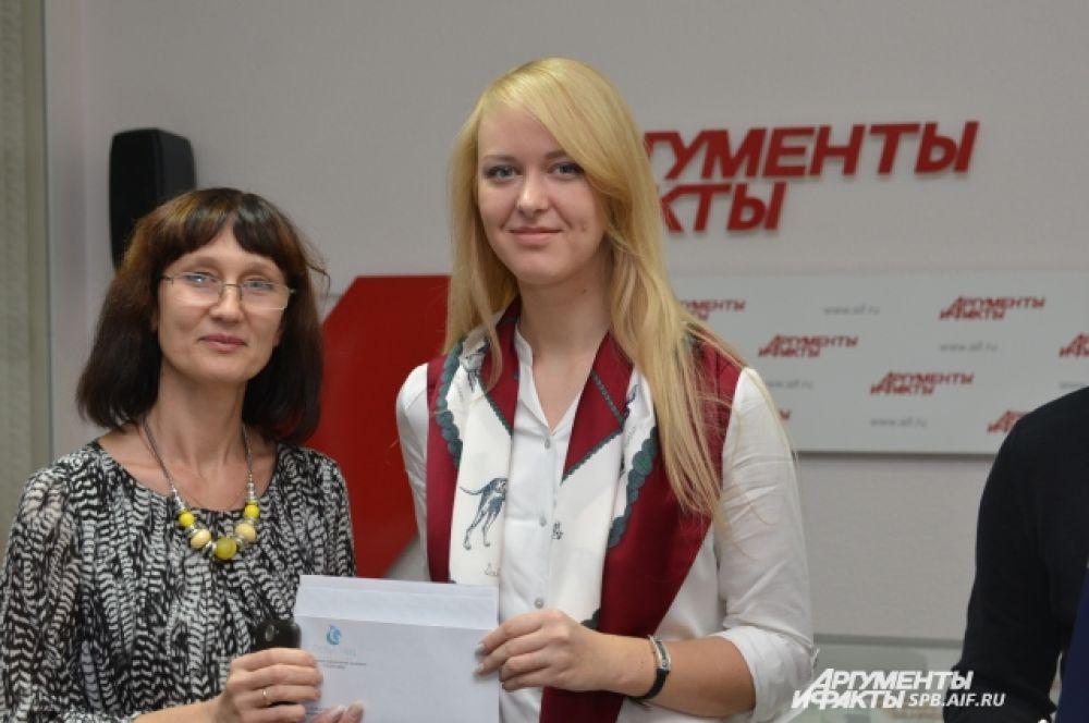 """Кристина Буйволова награждается сертификатом  лаборатории """"Глобус Мед""""."""