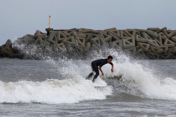 Но не все оценили опасность стихии. На побережье префектуры Канагава пропал без вести 21-летний студент, пытавшийся заниматься серфингом в бушующих волнах. Около 10 человек получили травмы различной степени тяжести. Известно, что пожилая женщина шквальным порывом ветра была сбита с ног и получила перелом. Серьезные порезы разбившимся оконным стеклом получила 14-летняя школьница.