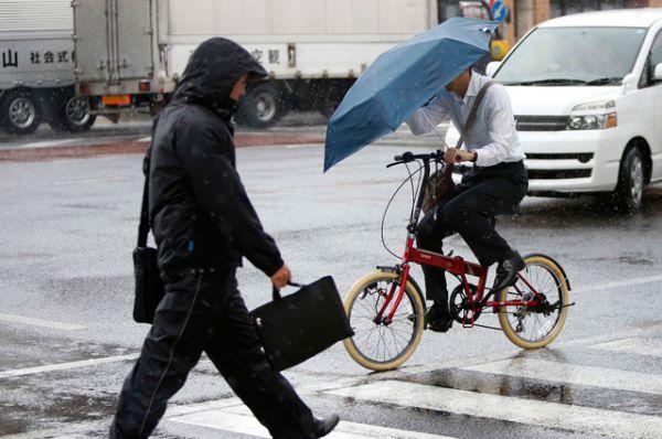 Из-за разгула стихии более 20 тысяч домов на юге Японии остались без света, объявлено штормовое предупреждение.