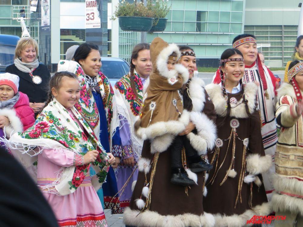 Каждая группа, представляющая определенную народность, демонстрировала национальные костюмы.