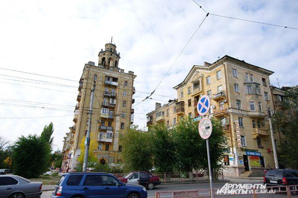 Жилые дома на проспекте Металлургов представляют так называемый Сталинградский стиль в архитектуре.