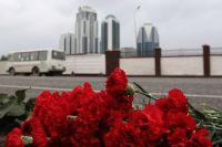 Цветы в память о погибших в результате взрыва на проспекте Хусейна Исаева в Грозном.
