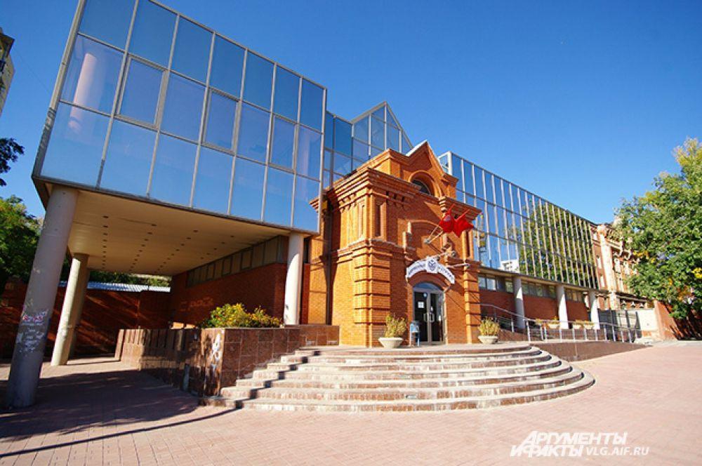 Архитектор магазина ликеро-водочного завода сделал реверанс в сторону Царицынской архитектуры.