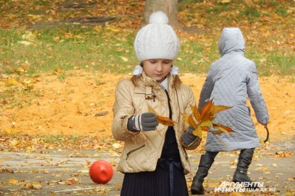Осень - пора желто-оранжевых букетов из кленовых листьев
