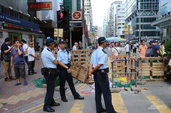 Демонстранты забаррикадировали несколько улиц в центре Гонконга и заблокировали ряд административных зданий.
