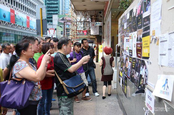 Эксперты считают, что двухнедельные демонстрации обойдутся экономике Гонконга в два миллиарда местных долларов – в это время в город обычно приезжает множество туристов из материкового Китая, но в этот раз власти страны временно запретил туры в охваченный протестами город.